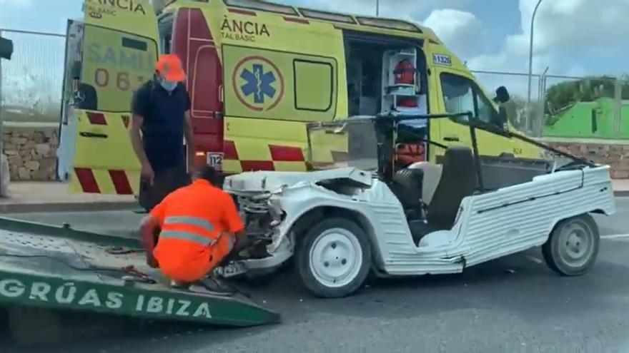 Un mehari se parte por la mitad en un accidente en Ibiza