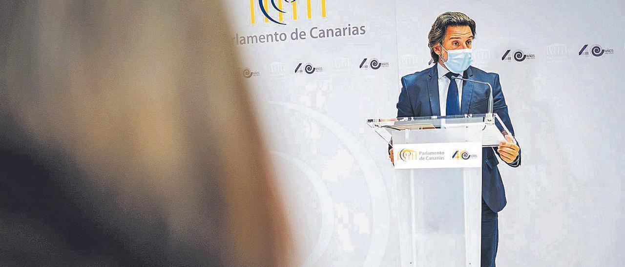 Gustavo Matos, presidente del Parlamento de Canarias, ayer en un instante de la rueda de prensa en la sede de la Cámara autonómica. | | ANDRÉS GUTIÉRREZ