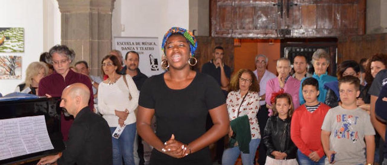 Una de las interpretaciones al piano durante la inauguración en la ermita de San Pedro Mártir.