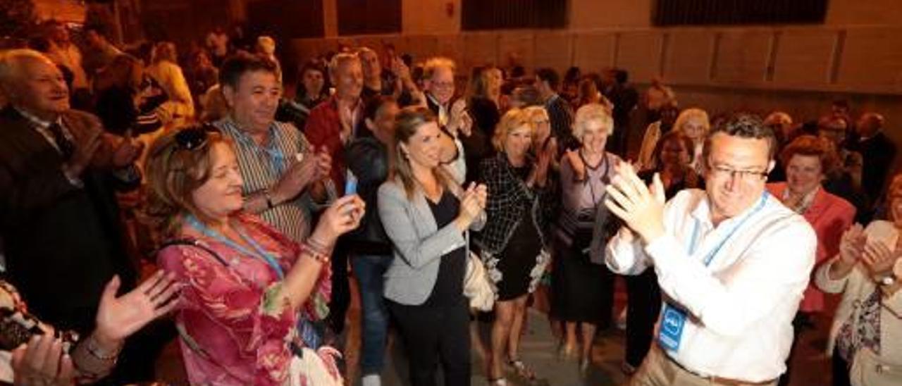 El candidato popular Toni Pérez recibe el aplauso de sus seguidores tras conocer los resultados.