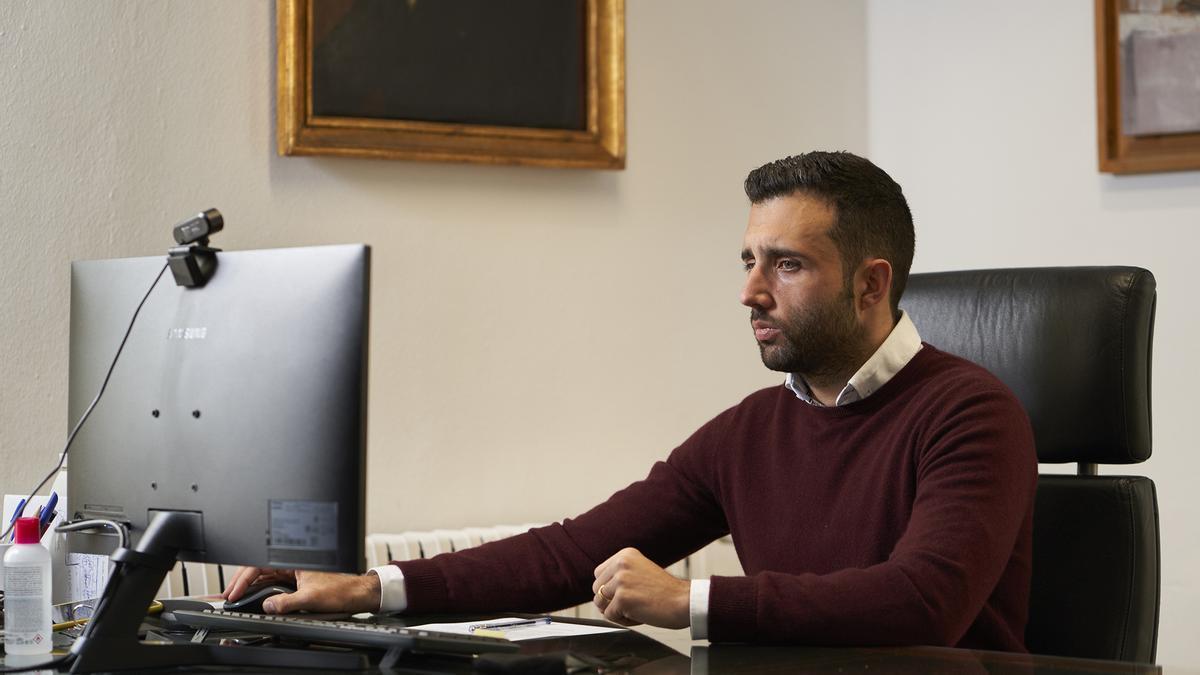 El alcalde de Sagunt en su despacho