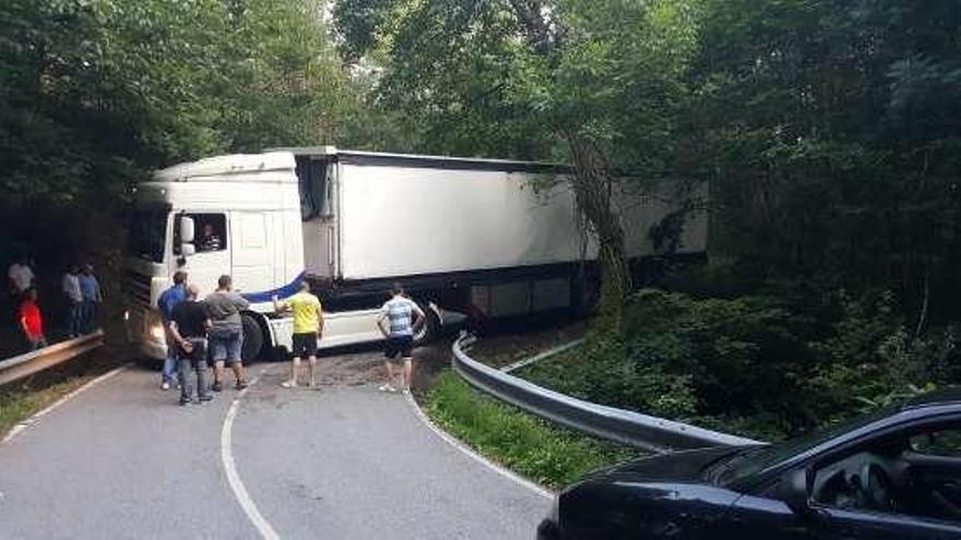 El accidente de un camión corta la vía entre Navelgas y Luarca