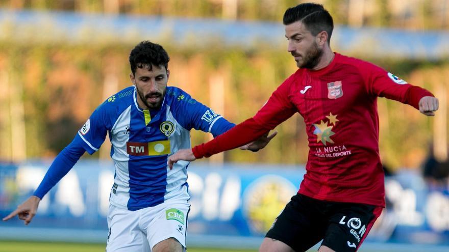 El herculano Diego Benito presiona a Miñano, La Nucía, en el partido del 24 de noviembre de 2019 en el Camilo Cano (3-0)