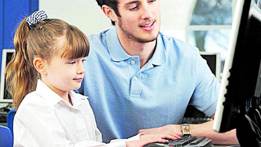 Educación compra diez dispositivos para que alumnos con visión reducida o sordera sigan las clases