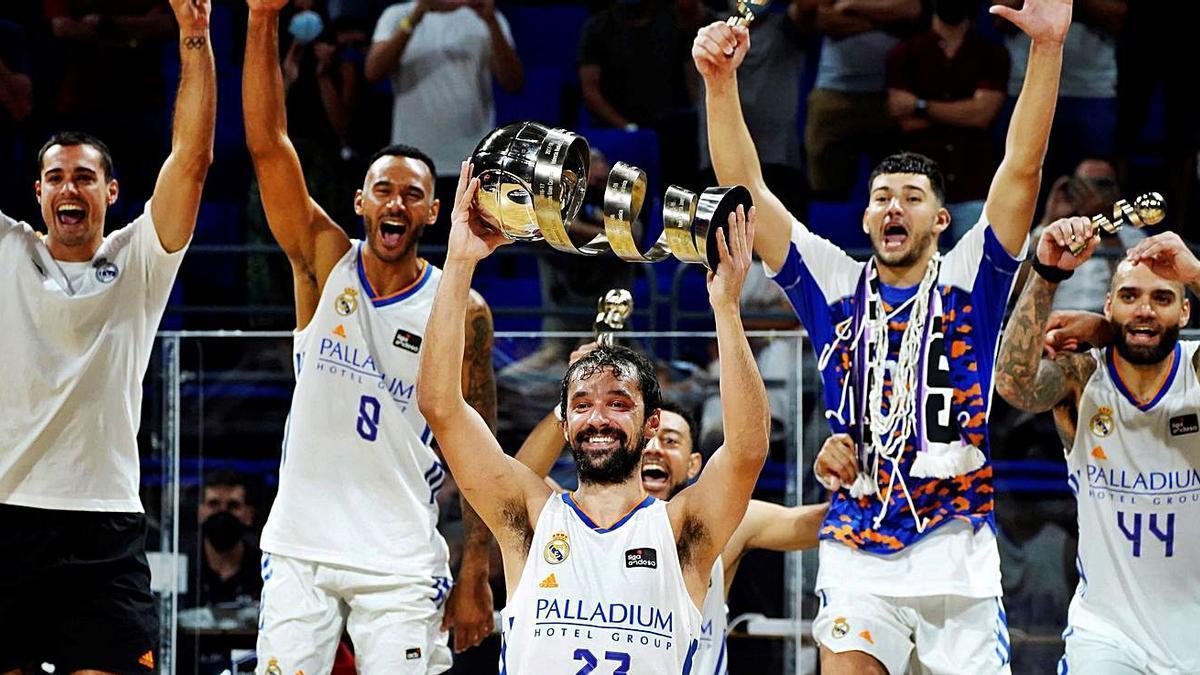 Sergi Llull levanta el trofeo de campeón de la Supercopa.   EFE