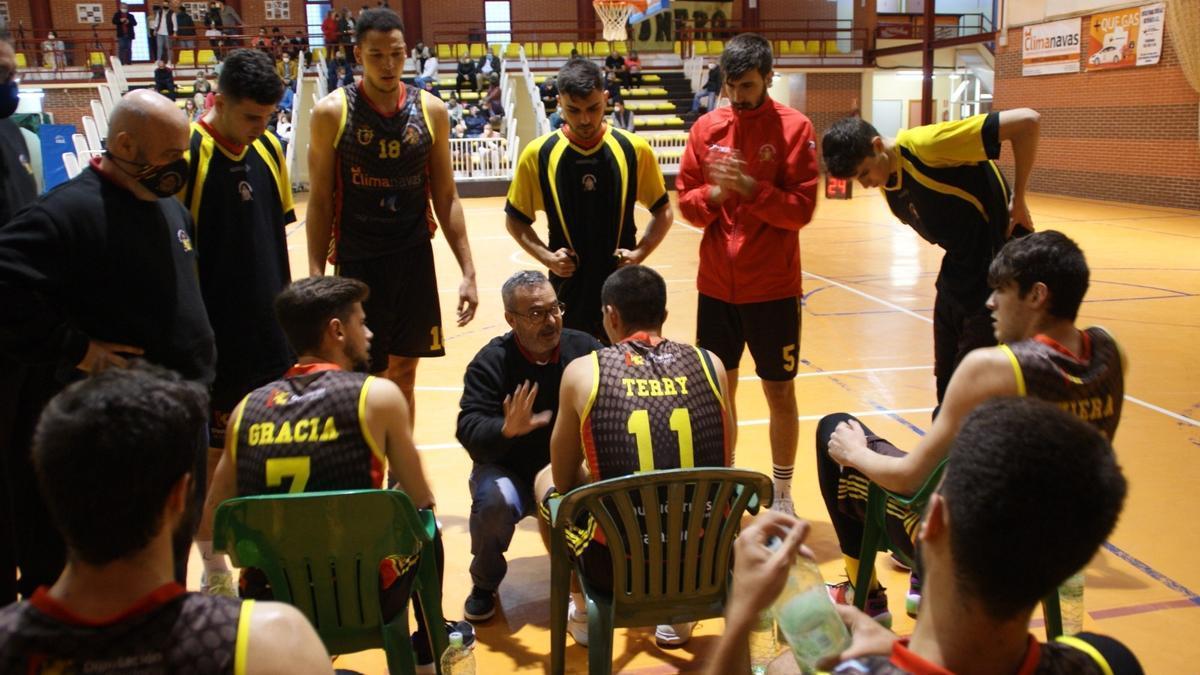 Un tiempo muerto del Peñarroya de baloncesto en la pasada Liga EBA de baloncesto.