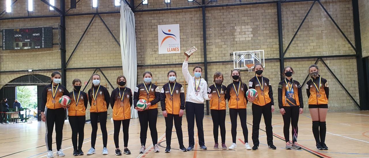 El equipo del AD Llanes, con su bronce.