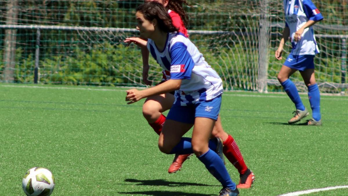 Paula, autor de dos goles, conduce el balón.