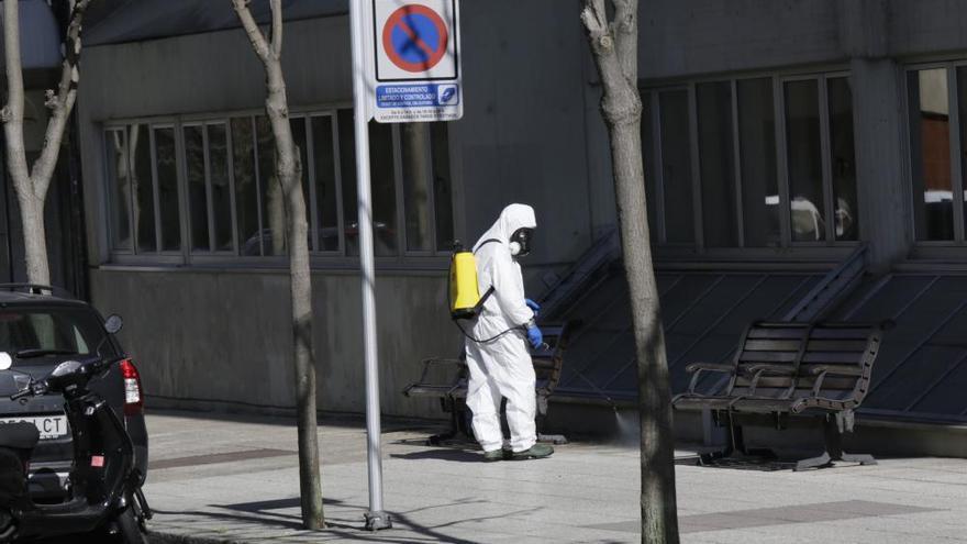 Labores de desinfección en los alrededores de la residencia Santa Teresa, en Oviedo