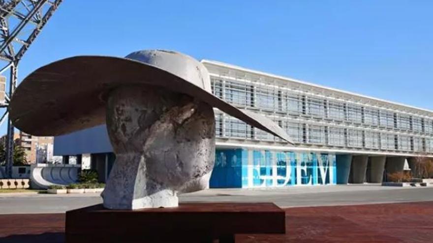 La Pamela' de la Marina de València sufre un acto vandálico y amanece con pintadas