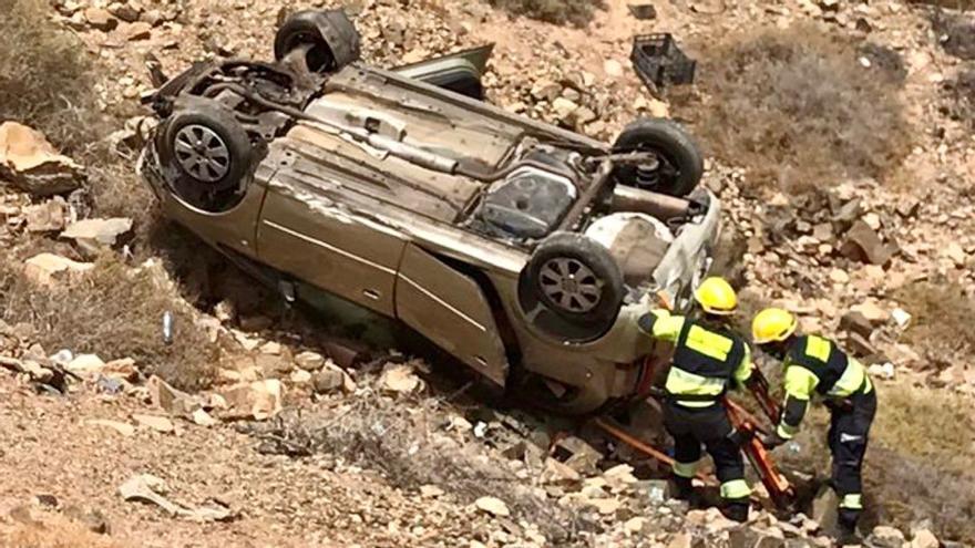 Tres heridos leves al enriscarse un coche en Tuineje