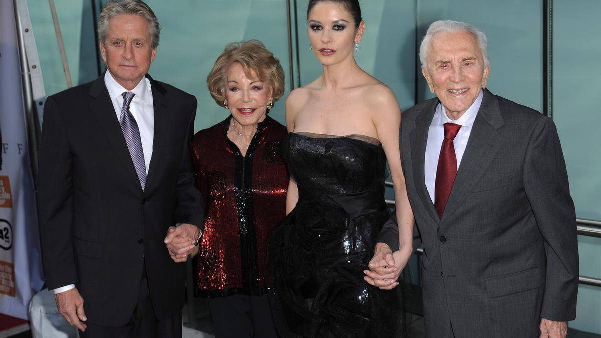 Michael Douglas, Anne, Catherine Zeta-Jones y Kirk.