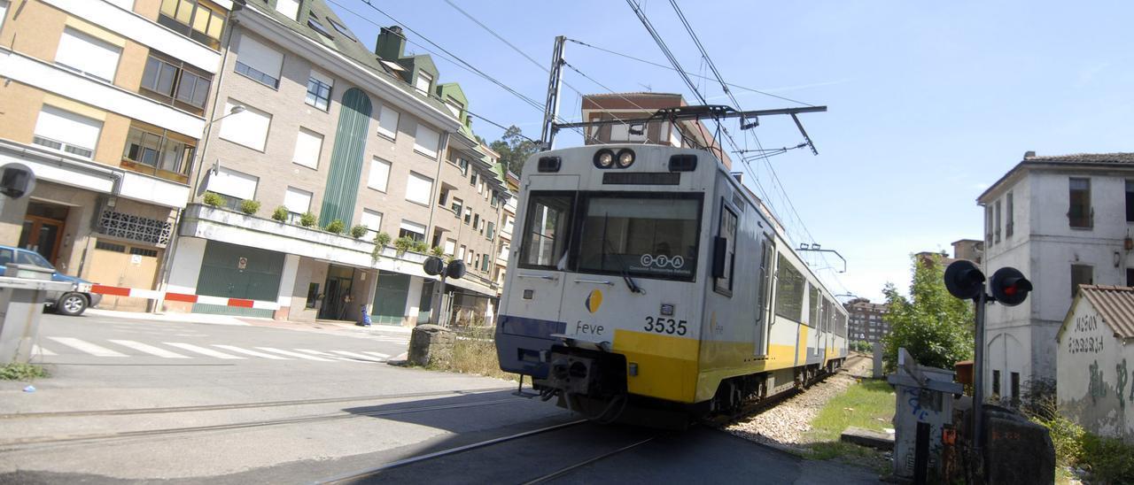 Un tren de la línea Gijón-Laviana circula por Sotrondio.