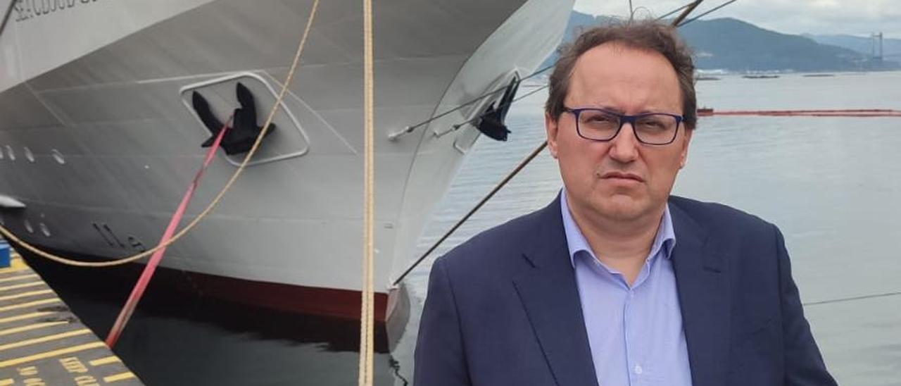 """Jesús Villacañas, frente al velero """"Sea Cloud Spirit""""."""