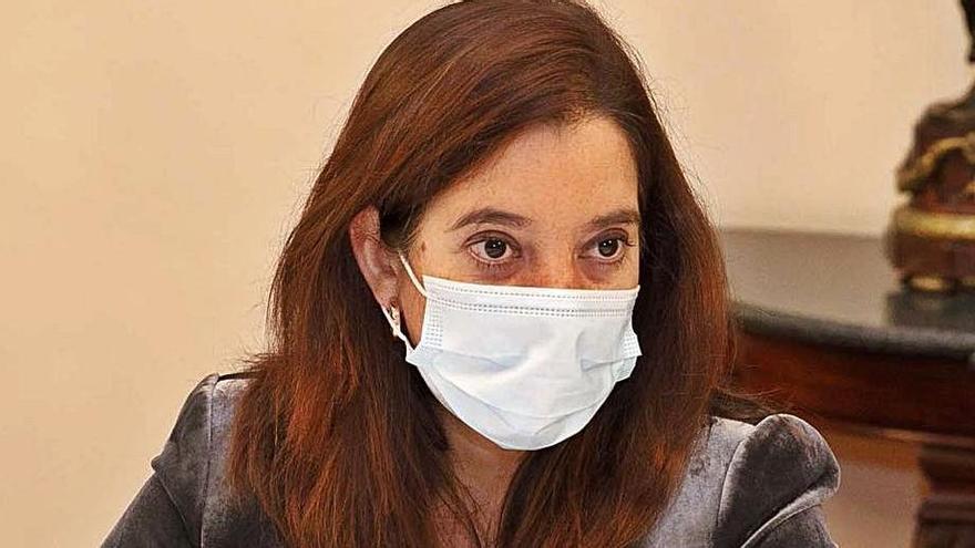 La alcaldesa, Inés Rey, ayer, en el desayuno informativo. |  // L. O.