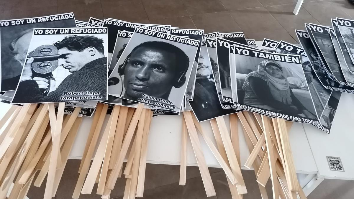 Carteles que se repartirán en la manifestación por los refugiados el domingo.