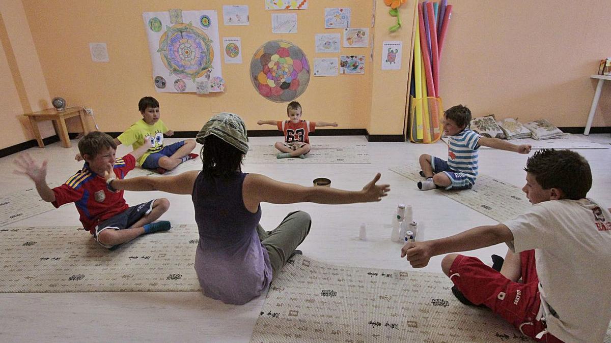 Una profesora imparte una clase especial en el suelo con sus alumnos.   J. F.