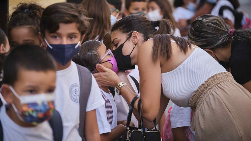 Abrazos en la vuelta a clase sin distancia social