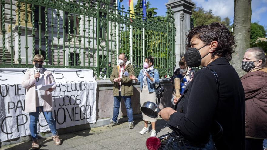 Los padres de Olloniego retoman las protestas por el comedor