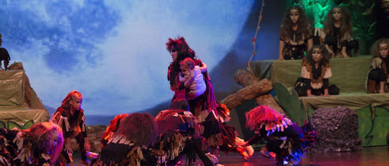 Una escena del musical con el bebé Tarzán rescatado por los gorilas.