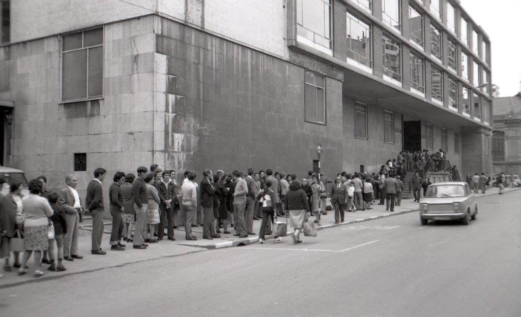 Cola ante el Ambulatorio Heroes del Simancas. Se inaugur� el 2 de julio de 1962 y en la actualidad se llama Centro de Salud Puerta de la Villa..jpg