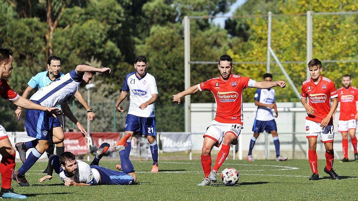 Un lance del partido disputado ayer entre el Estradense y el Silva en el Novo Municipal de A Estrada.