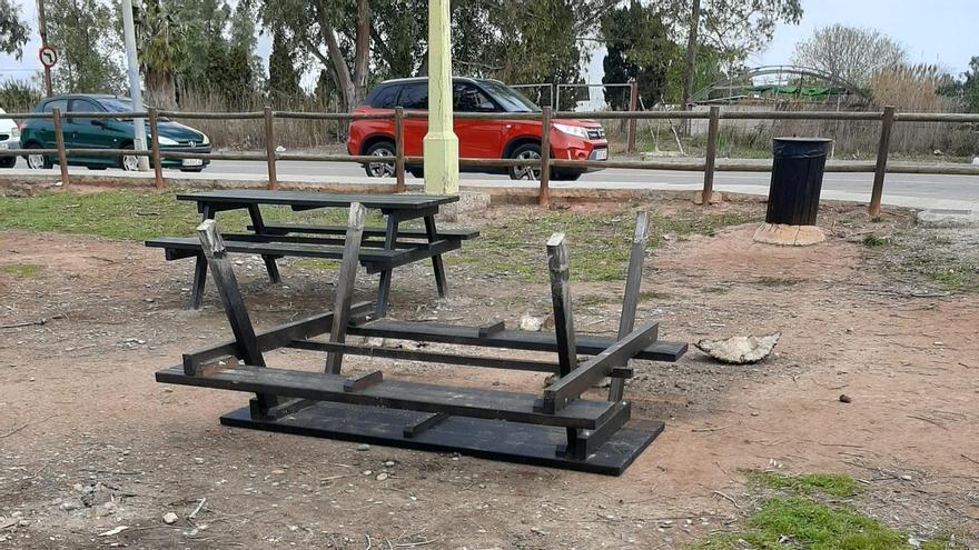 Los vándalos han arrancado dos mesas de la zona de ocio en el paraje natural municipal de l'Estany.