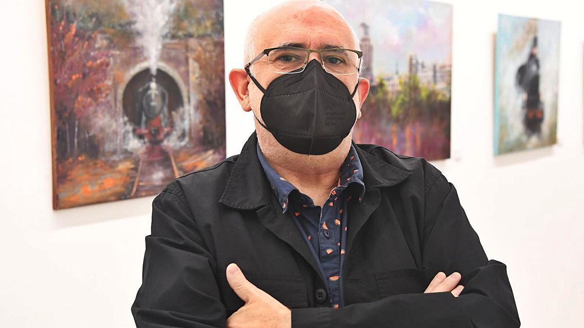 El pintor Francisco Otero con su obra, en la inauguración de ayer.   | // CARLOS PARDELLAS