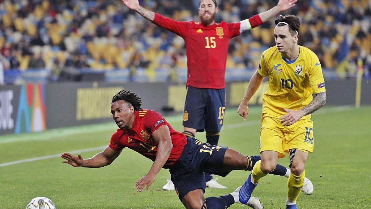 Adama Traoré cae derribado por Shaparenko, ante la protesta de Sergio Ramos.