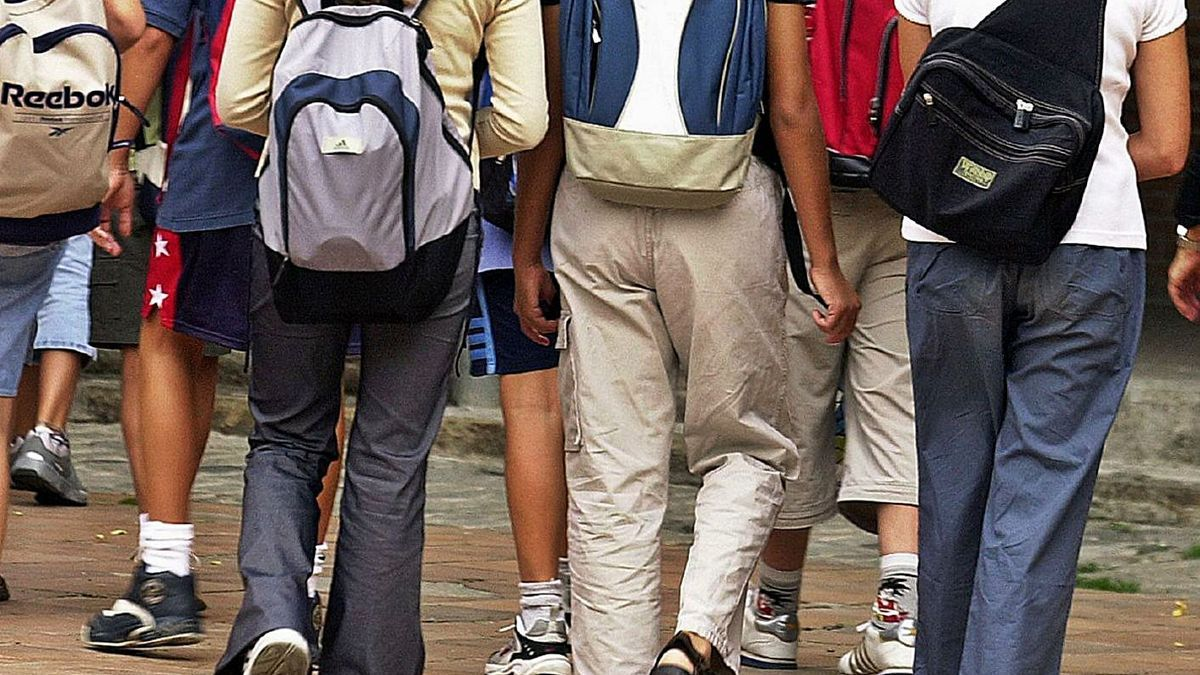 Adolescentes a la salida de un centro de enseñanza.