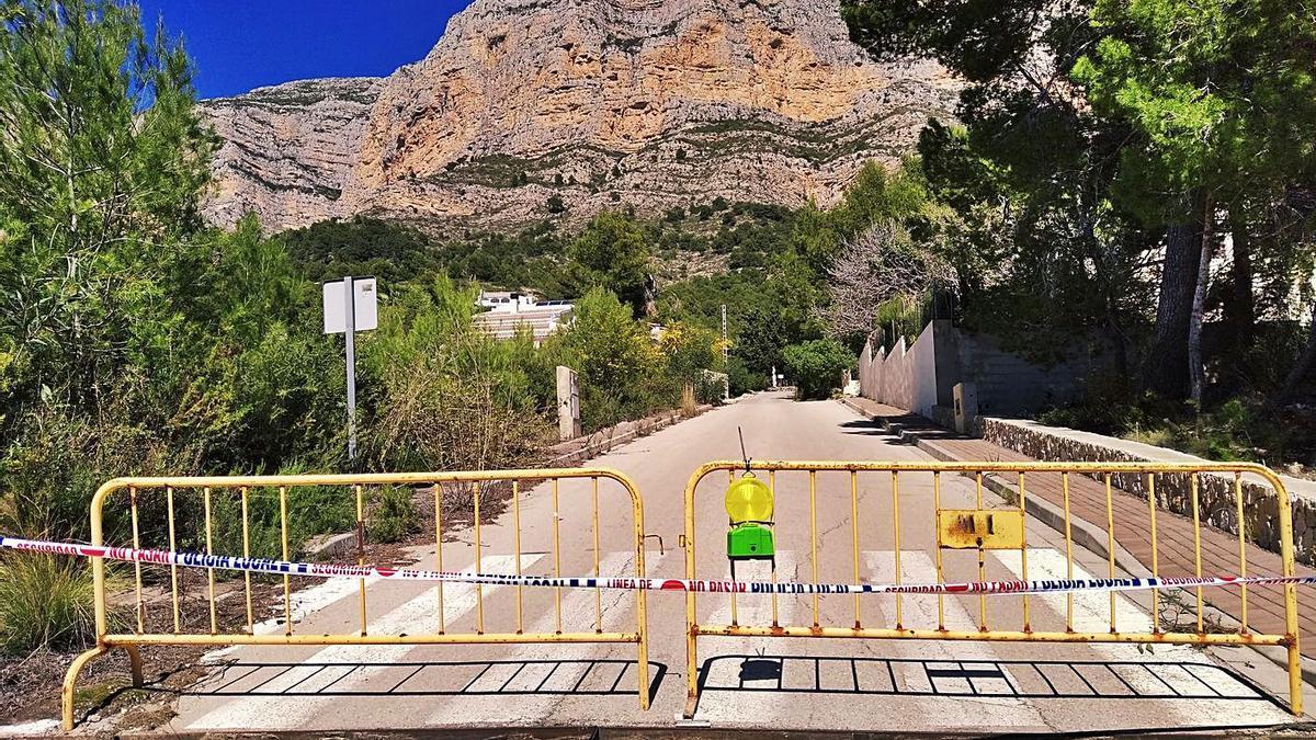 El robo de las rejillas de fundición ha obligado incluso a cerrar calles de la zona del Montgó. | A. P F.