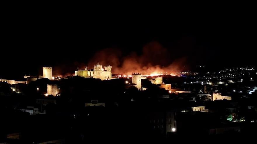 Gran despliegue de medios por un incendio en el Cerro de la Buitrera
