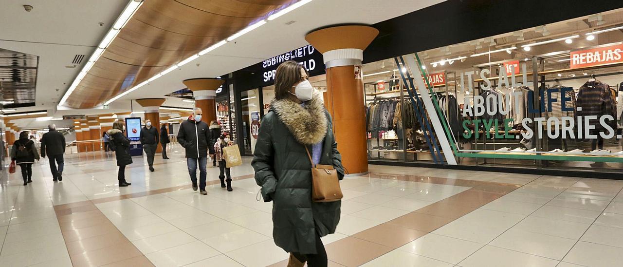 Los centros comerciales tuvieron más animación que las tiendas de calle en el domingo de rebajas.    LEVANTE-EMV