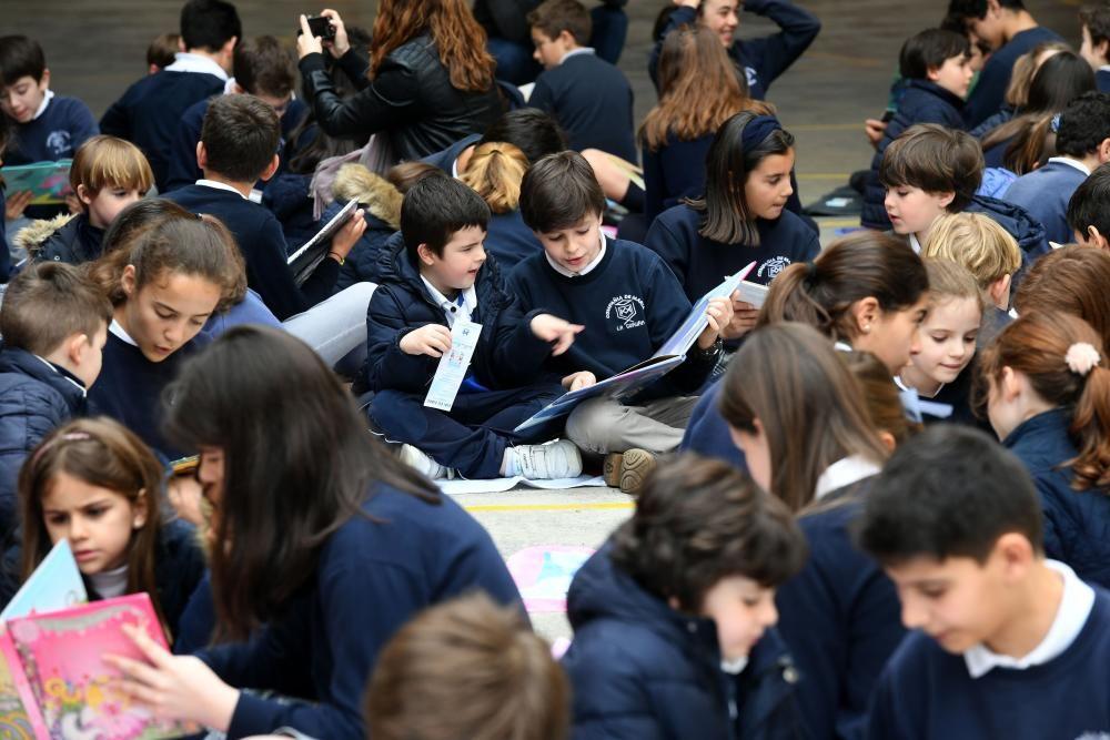 Todos los alumnos participan en un acto para celebrar el Día del Libro en el que los mayores leen libros a los pequeños.