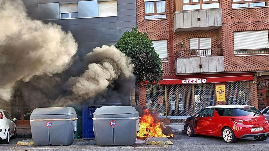 Investigan la quema de dos contenedores de reciclaje en Gijón