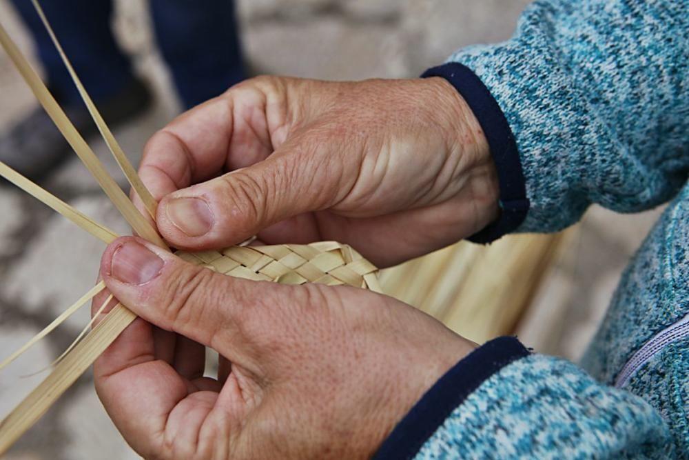 Das in Artà und Capdepera traditionelle Flechten von Palmzweigen ist gar nicht so leicht – und erfordert einen langen Arbeitsprozess.