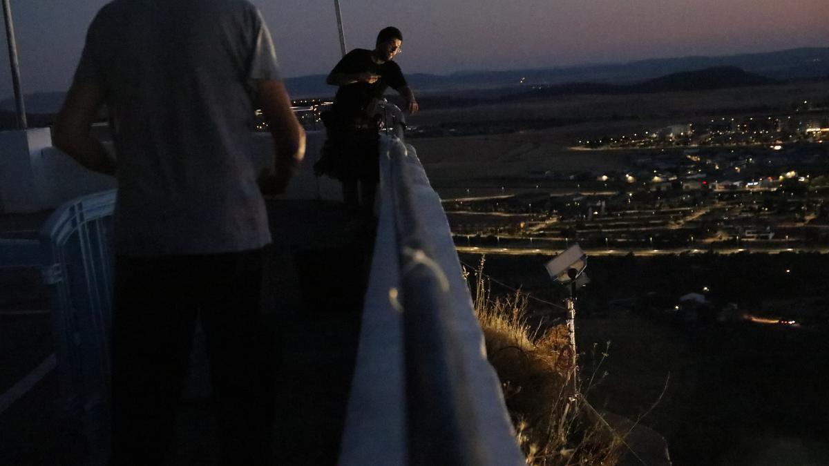 Técnicos instalan el sonido y la iluminación para rodar en el santuario de la montaña.
