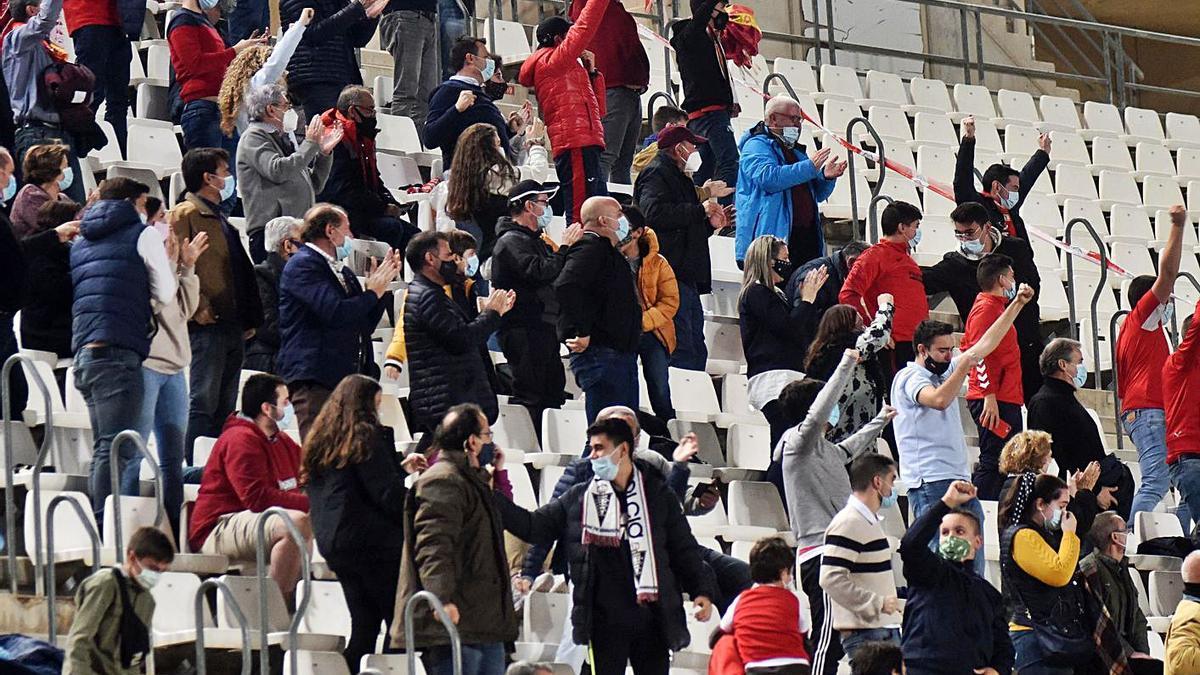 El público celebra un gol en el último partido entre el Real Murcia y el UCAM Murcia.