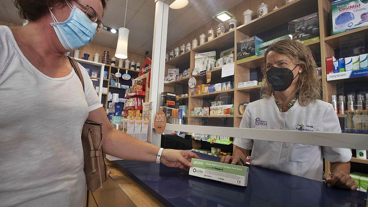 Venta de un test rápido de antígenos en una farmacia de Llíria. | J. M. LÓPEZ