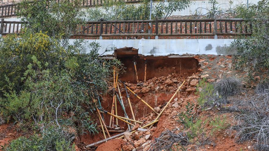 Un socavón abierto 18 meses amenaza con tirar un tramo de paseo en Orihuela Costa