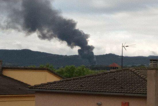 Els Bombers esperen extingir l'incendi que ha cremat una empresa de piscines d'Agullana en les properes hores