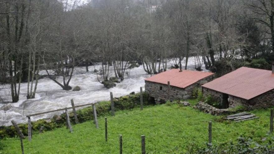 Las fuertes lluvias provocan la crecida del río Umia