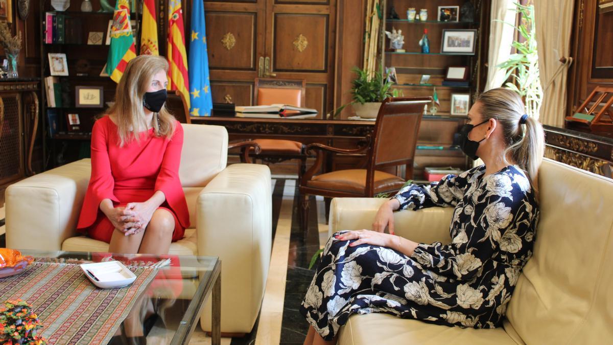 La alcaldesa Amparo Marco reunida con la embajadora de la República de Moldavia