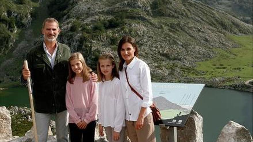 Los Reyes felicitan las Navidades con una foto en los lagos de Covadonga