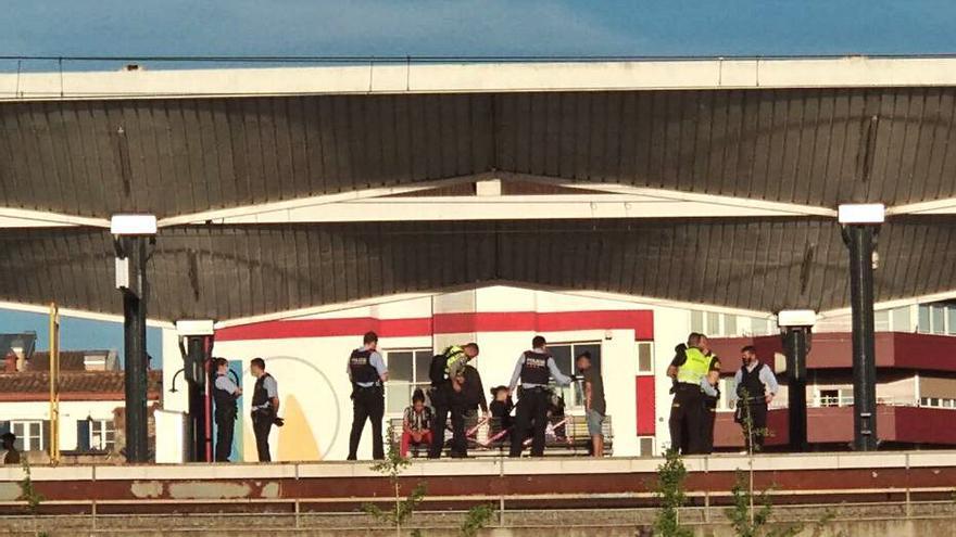 Dos nois agredeixen els vigilants de l'estació de tren i són arrestats