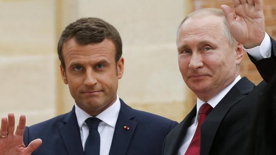 Macron i Putin llimen asprors a Versalles