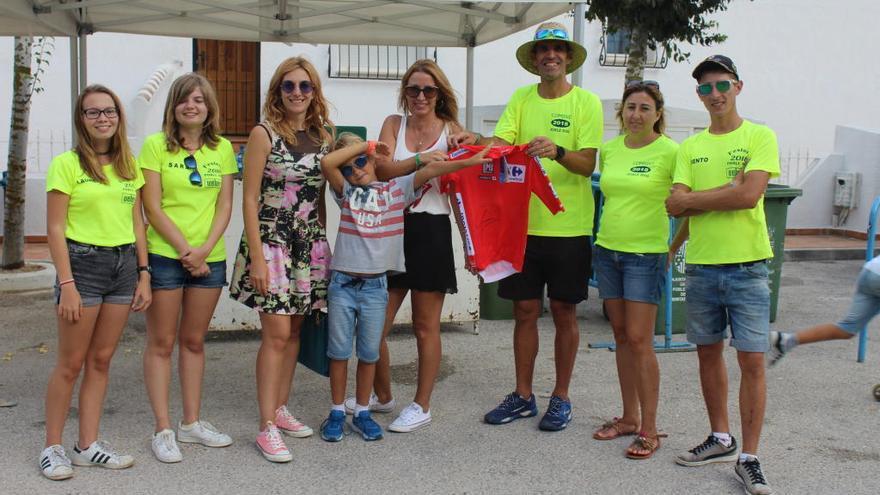 Froome regala un maillot de líder de la Vuelta a España a los festeros de Benitatxell