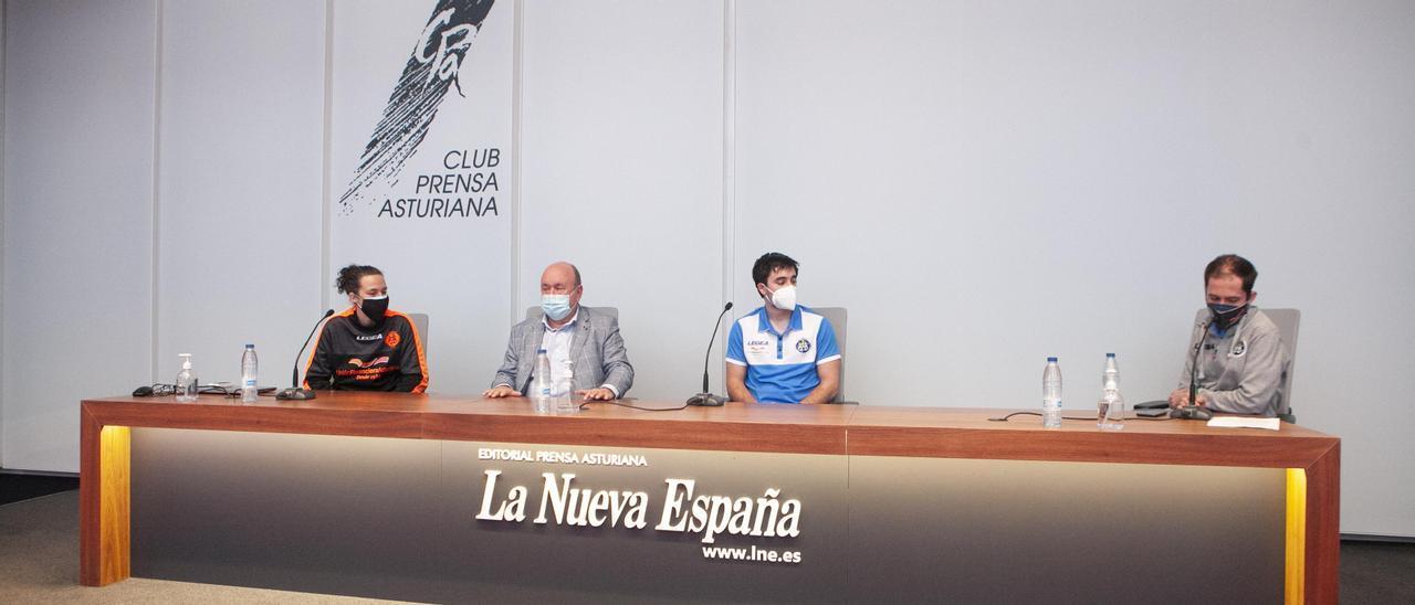 Por la izquierda, Fanny Monrós, Pepe Rionda, Juan Echevarría y Pepe Pérez, en el Club Prensa Asturiana de LA NUEVA ESPAÑA.