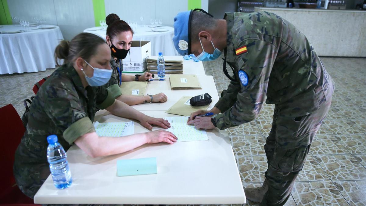 Militares españoles en operaciones en el exterior ejerciendo su derecho al voto por correo.
