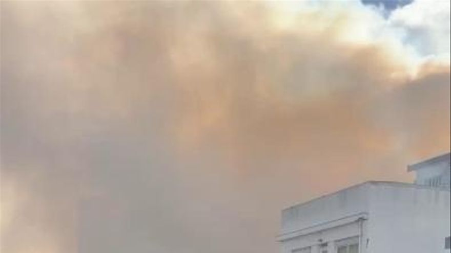 El interior de un edificio abandonado se desploma por el fuego en Travesía de San Andrés